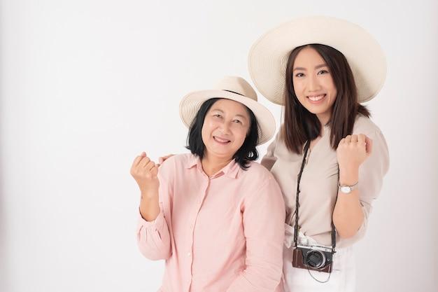 Mujer mayor asiática y su hija, concepto de viaje