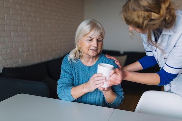 Mujer mayor en asilo de ancianos
