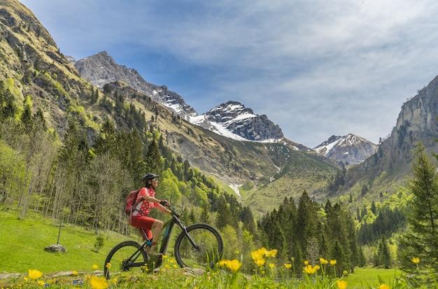Mujer mayor en bicicleta de montaña eléctrica