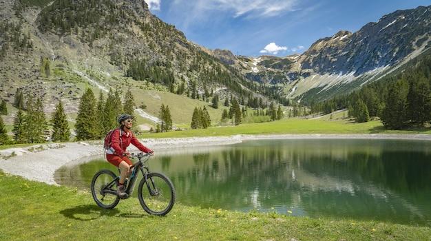 Mujer mayor, en, bicicleta de montaña