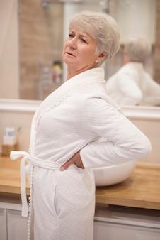 Mujer mayor, con, dolor de espalda