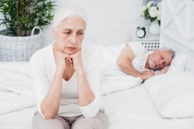 Mujer mayor enfadada y cansada despierta