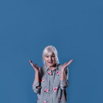 Mujer mayor enfadada