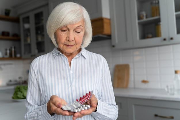 Mujer mayor enfrentando la enfermedad de alzheimer
