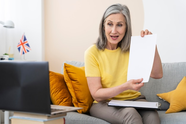Mujer mayor, enseñanza, inglés