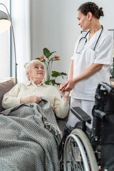 Mujer mayor, hablar, con, ella, doctor