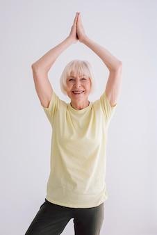 Mujer mayor, hacer, yoga, interior, anti edad, deporte, yoga, concepto
