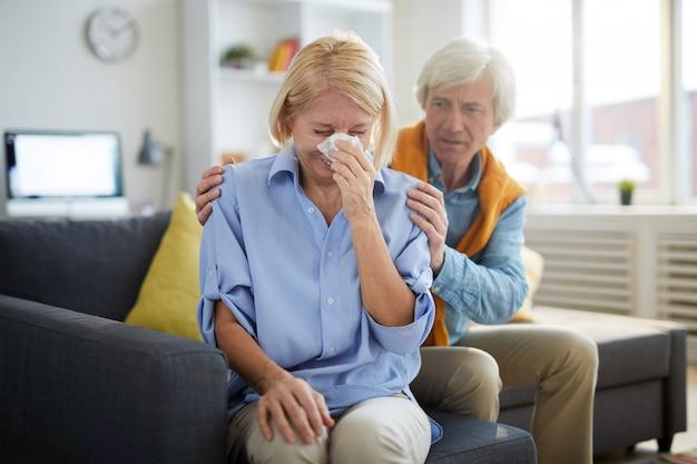 Mujer mayor llorando