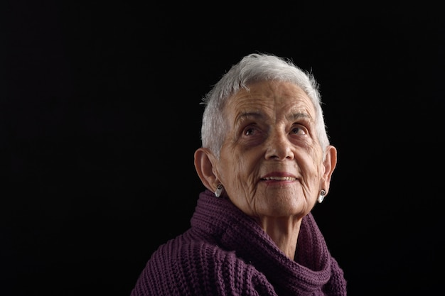 Mujer mayor, mirar hacia arriba