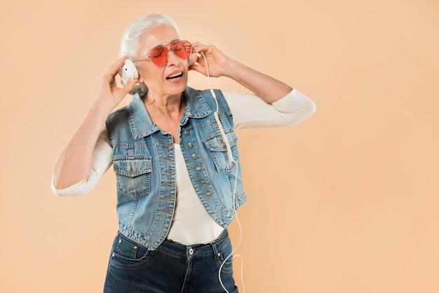 Mujer mayor moderna con gafas de sol