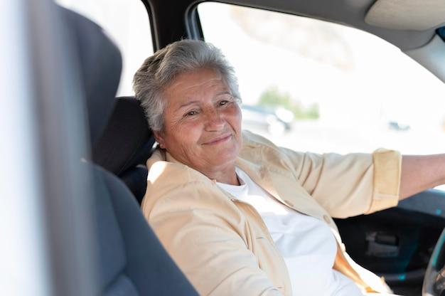 Mujer mayor moderna que vive en la ciudad