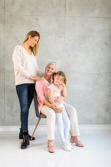 Mujer mayor, mujer adulta y niña linda, tres generaciones en casa