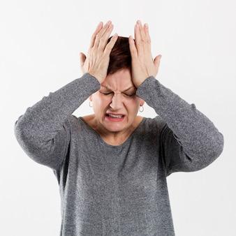 Mujer mayor con problemas médicos