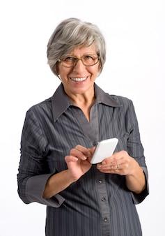 Mujer mayor que usa un teléfono móvil