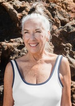 Mujer mayor en sesión de verano de traje de baño blanco de una pieza