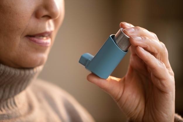 Mujer mayor, tenencia, asma, inhalador