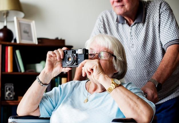 Mujer mayor tomando una foto