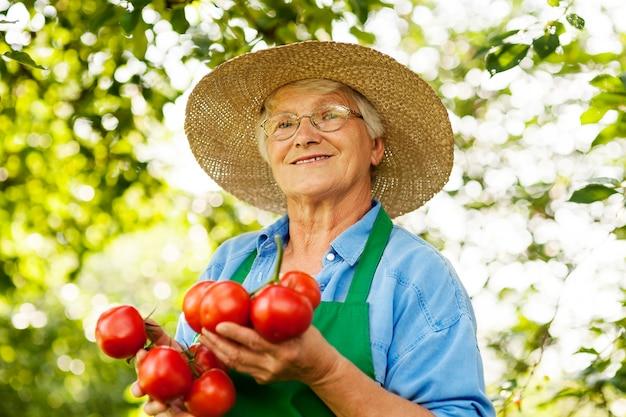Mujer mayor, con, tomates
