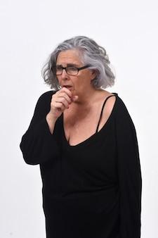 Mujer mayor con tos en el fondo blanco