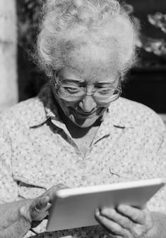 Mujer mayor, utilizar, un, tableta