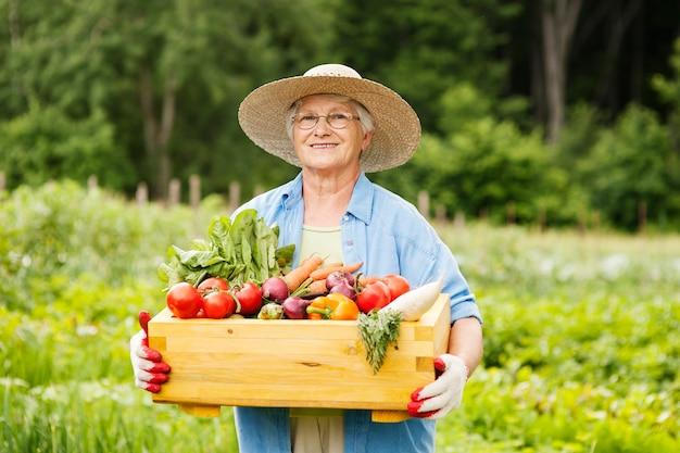 Mujer mayor, con, verduras