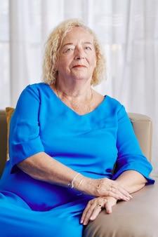 Mujer mayor, en, vestido azul