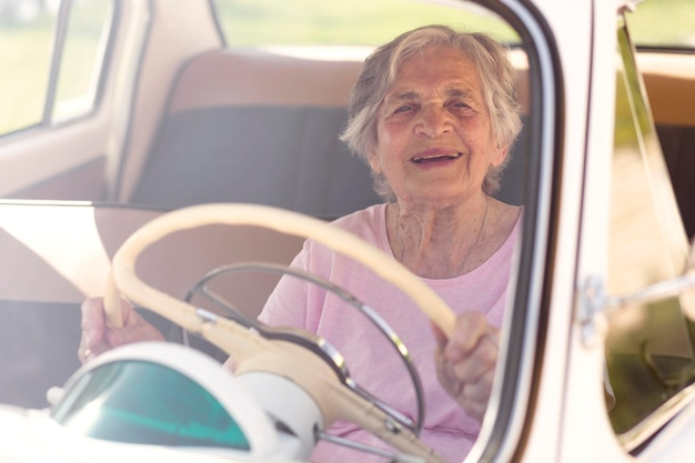 Mujer mayor viajando sola en coche