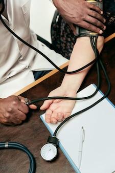 Una mujer mayor visitando a un terapeuta en la clínica.