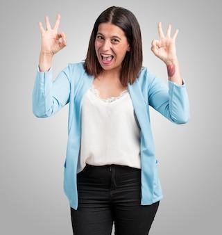 Mujer de mediana edad, alegre y confiada, haciendo un gesto aceptable, emocionado y gritando, concepto de aprobación y éxito