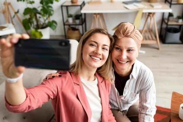 Mujer de mediana edad con cáncer de piel pasar tiempo con su amiga