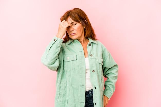 Mujer de mediana edad expresando emociones aisladas