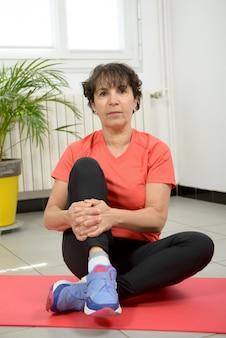 Mujer de mediana edad haciendo ejercicios de fitness