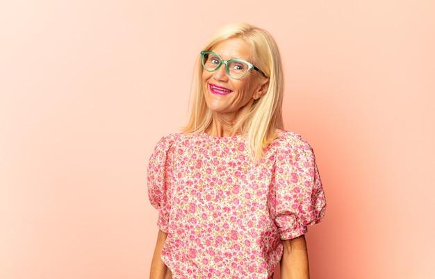 Mujer de mediana edad mirando perplejo y confundido