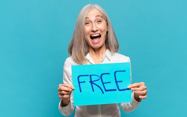 Mujer de mediana edad con pensión gratuita