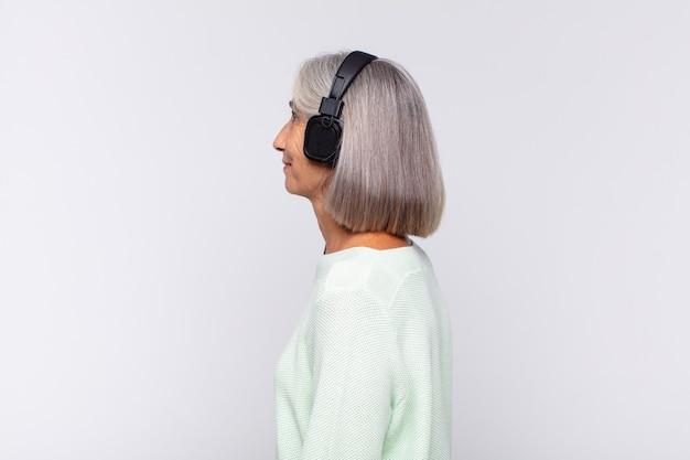 Mujer de mediana edad en perfil aislado