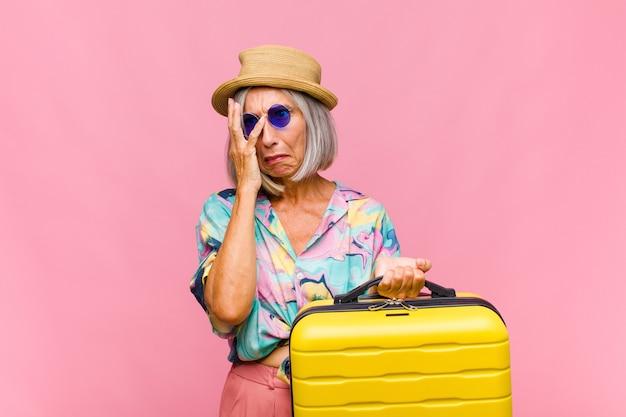 Mujer de mediana edad que se siente aburrida, frustrada