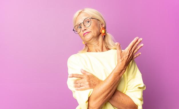 Mujer de mediana edad que se siente confundida y desorientada, preguntándose sobre una explicación o pensamiento dudoso