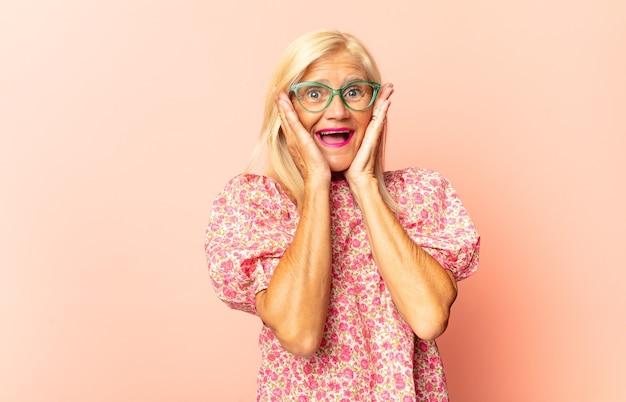 Mujer de mediana edad que se siente disgustada, tapándose la nariz para evitar oler un hedor desagradable y desagradable