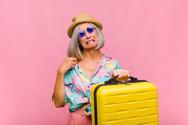 Mujer de mediana edad que se siente estresada, ansiosa, cansada y frustrada, tirando del cuello de la camisa, luciendo frustrada con el problema
