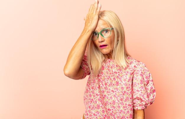 Mujer de mediana edad que se siente perpleja y confundida, insegura de la respuesta o decisión correcta, tratando de tomar una decisión