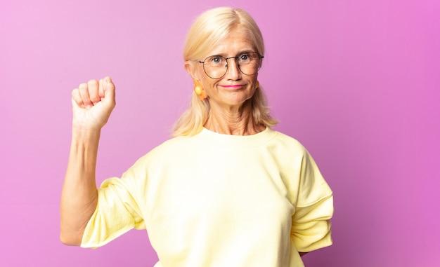 Mujer de mediana edad que se siente seria, fuerte y rebelde