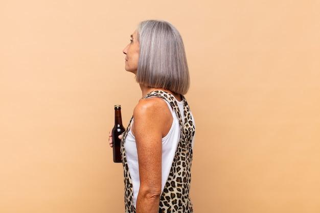 Mujer de mediana edad en vista de perfil aislado