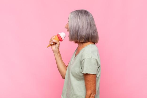 Mujer de mediana edad en vista de perfil mirando hacia adelante