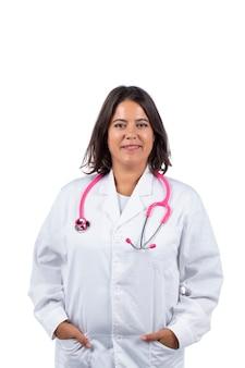 Mujer médico con estetoscopio rosa sobre un fondo blanco.