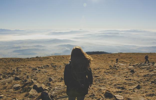 Mujer en medio de las montañas del desierto