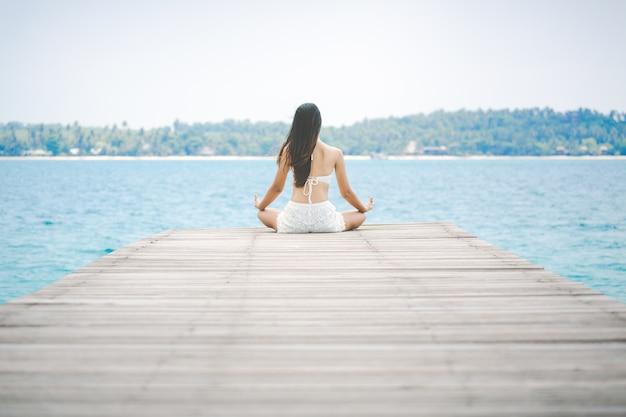 Mujer meditacion en puente