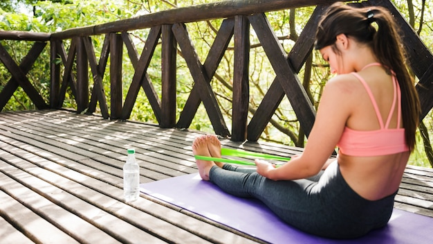 Mujer meditando al aire libre
