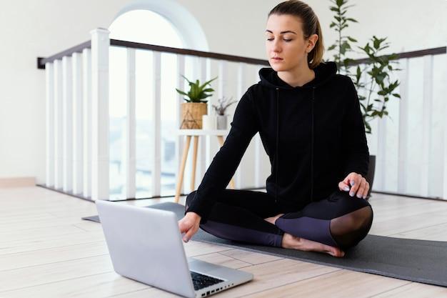 Mujer meditando interior