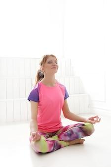 Mujer meditando en pose de yoga