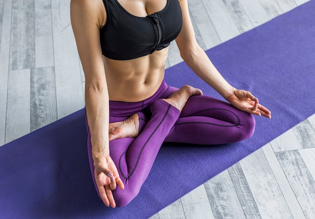 Mujer meditando en una postura de loto